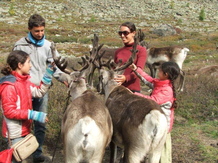 הללי סמדר אברמוביץ' עם הילדים במונגוליה
