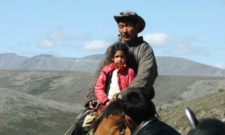רני רוכבת על סוסים במונגוליה