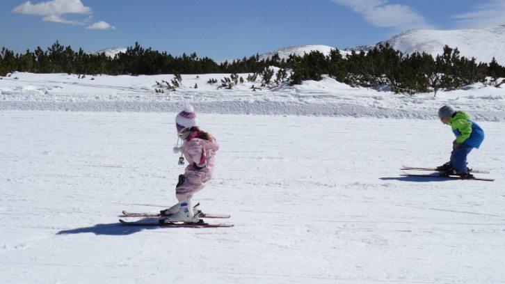 ילדים עושים סקי בבולגריה